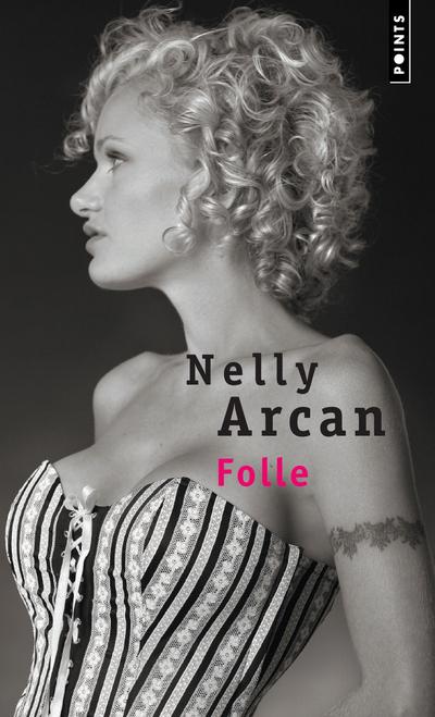 Une jeune femme québécoise écrit à celui qui l'a quittée. De leur fulgurante rencontre à leur brutale séparation, elle évoque les prémices de leur passion, les fantasmes et les humiliations, la drogue et le sexe, l'usure et l'abandon. Et surtout cette jalousie qui la ronge, cette terreur permanente de la séparation, cet amour qui l'asservit. Jusqu'à la folie.Nelly Arcan est née en 1975, au Québec, à la lisière du Maine. Son premier roman, Putain, qui a obtenu un grand succès critique, est disponible en Points. Elle est également l'auteur d'À ciel ouvert.« Après Putain, Nelly Arcan poursuit avec Folle la quête désespérée de l'amour. » Le Monde des livres