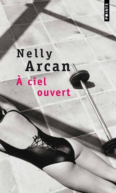 Sur le toit d'un immeuble de Montréal, une femme au teint de rousse est allongée, immobile, sous le soleil. Julie O'Brien souffre le martyre, mais considère le traitement qu'elle s'inflige comme obligatoire.La beauté, chez Nelly Arcan, est toujours sujet et objet de maltraitance. La beauté est une guerre. Et la guerre surgit lorsque Rose Dubois rejoint Julie sur ce toit brûlant…Nelly Arcan, née en 1975 au Québec, est l'auteur de romans très remarqués, notamment Putain (2001) et Folle (2004), disponibles en Points. Elle s'est donné la mort en septembre 2009 à Montréal.« Nelly Arcan entraîne son lecteur au cœur d'un huit clos tendu et glaçant. »Le Monde des livres