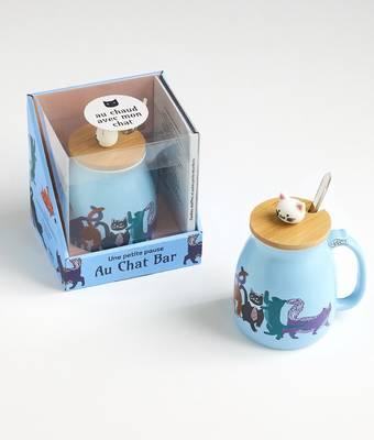 Coffret Mug Une petite pause au Chat Bar, un mug géant en porcelaine avec couvercle en bambou et cuillère en métail, un livre de recettes de petits gâteaux